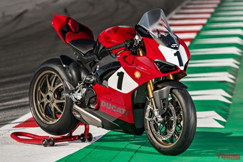 01_Panigale-V4-25_-Anniversario-916_action_UC77818_High