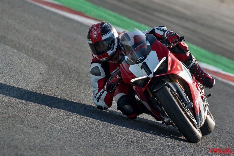 05_Panigale-V4-25_-Anniversario-916_action_UC77822_High