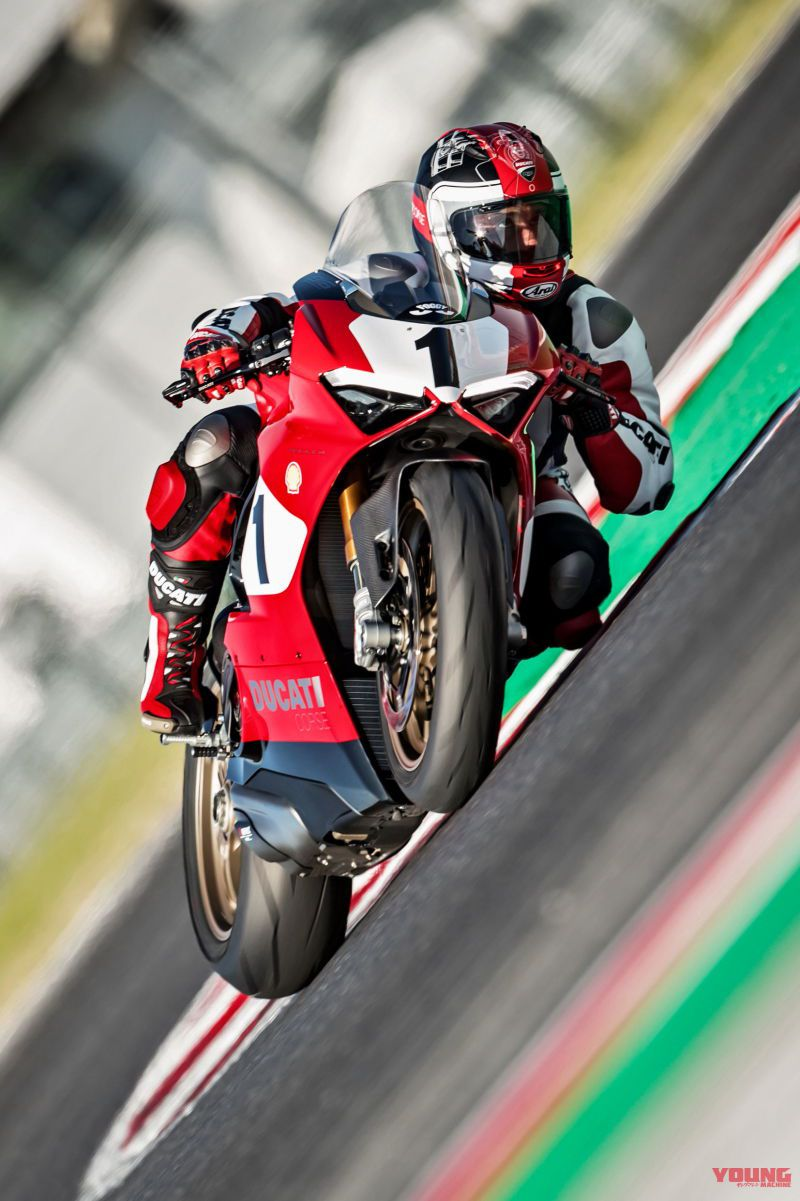 09_Panigale-V4-25_-Anniversario-916_action_UC77812_High